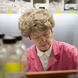 mary dell chilton working in her lab at syngenta biotechnology