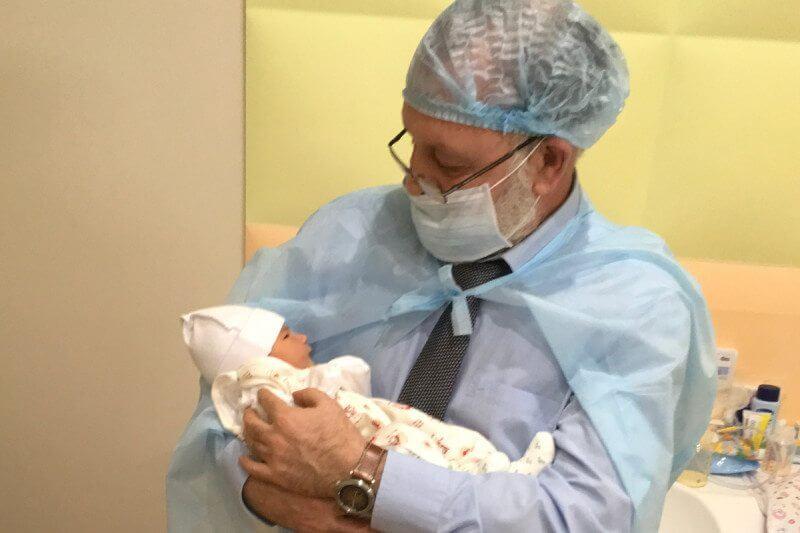 6-7-2018 dr-zukin-with-three-parent-baby-born-in-kiev--800x533