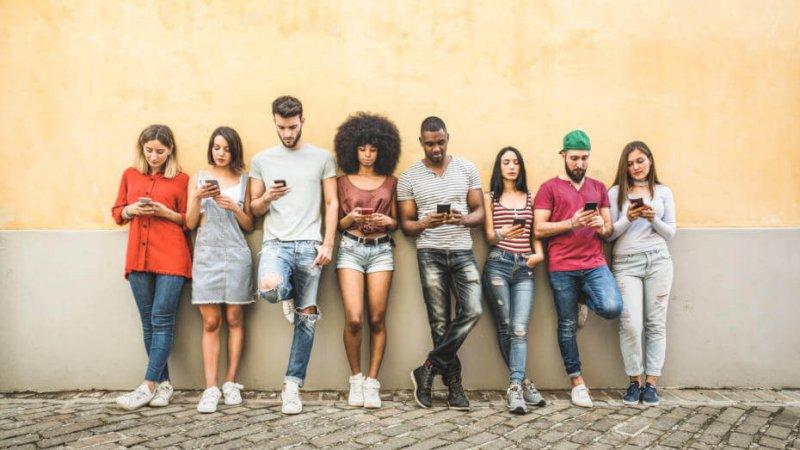 gettyimages millennials on phones